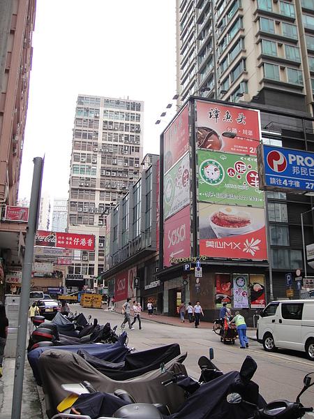 20100605AM0949又無意拍到原來香港人機車都收起來了.JPG
