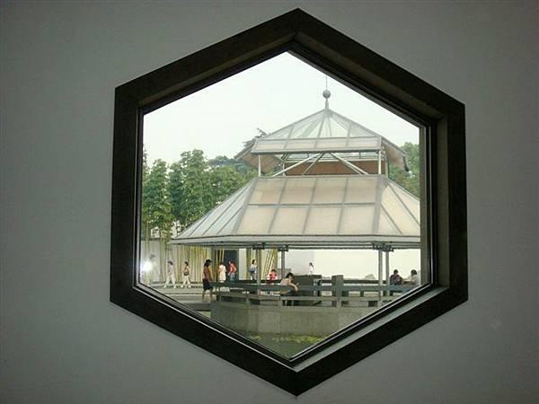 博物館內花窗又一景.jpg