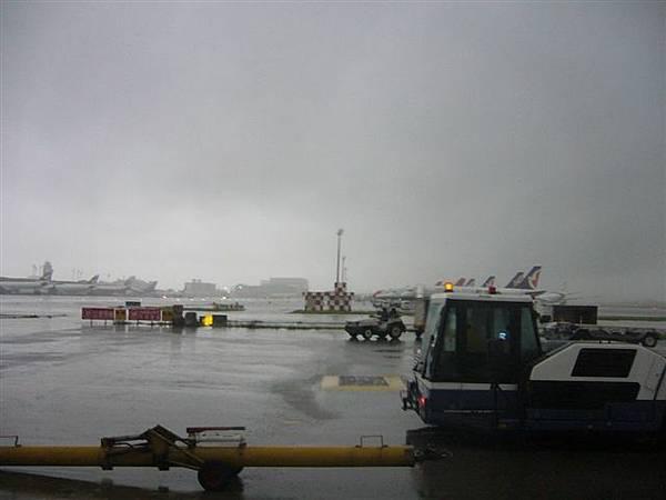 1即將登上吳哥航空前往暹粒,天氣極差...jpg