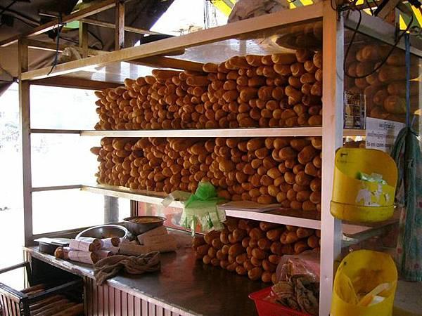 11滿滿櫃台的法國麵包.jpg