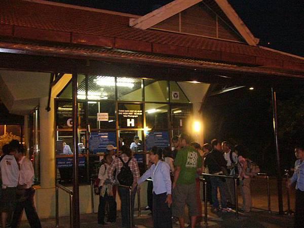 1開始大小吳哥參觀行程,先行排隊購買三日券.JPG