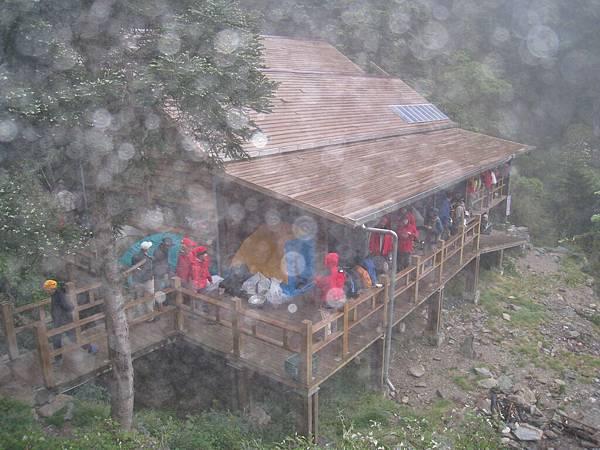小雨中的過夜小屋