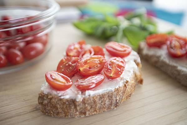 鄉村麵包搭瑞可達、小番茄、羅勒 - 3