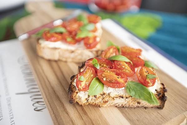 鄉村麵包搭瑞可達、小番茄、羅勒 - 1