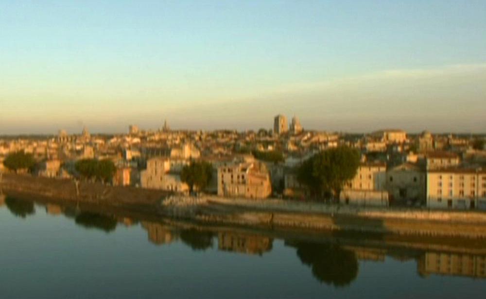 河流緩緩穿越阿爾城e.jpg