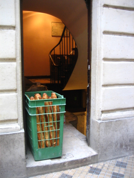 放在籃子裡的法國麵包.jpg