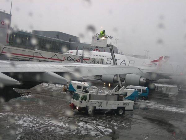 雲梯車在飛機翅膀上噴肥皂水之類的.jpg