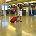 在機場穿溜冰鞋的妹妹