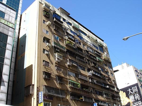 在鐵窗面前_屋頂加蓋就顯得不太礙眼了_台北市松山區八德路三段225號等環翠庭外牆