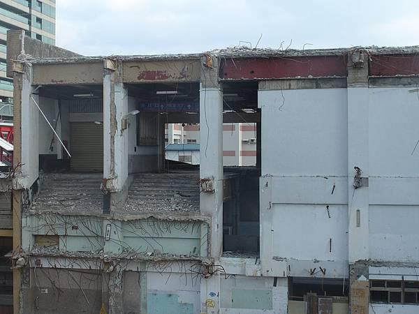 拆一半的松山跨站式站房
