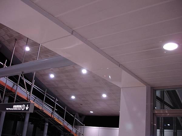 難以維護的天花板 內湖線劍南路站