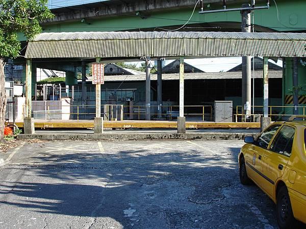 北廠小月台,道路開闢後顯然左邊鐵圍籬必須改位置