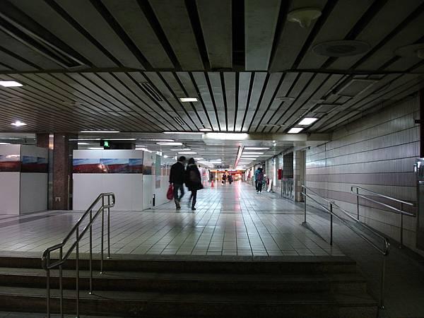 西側是打通出站走廊 而非停車場旁通道