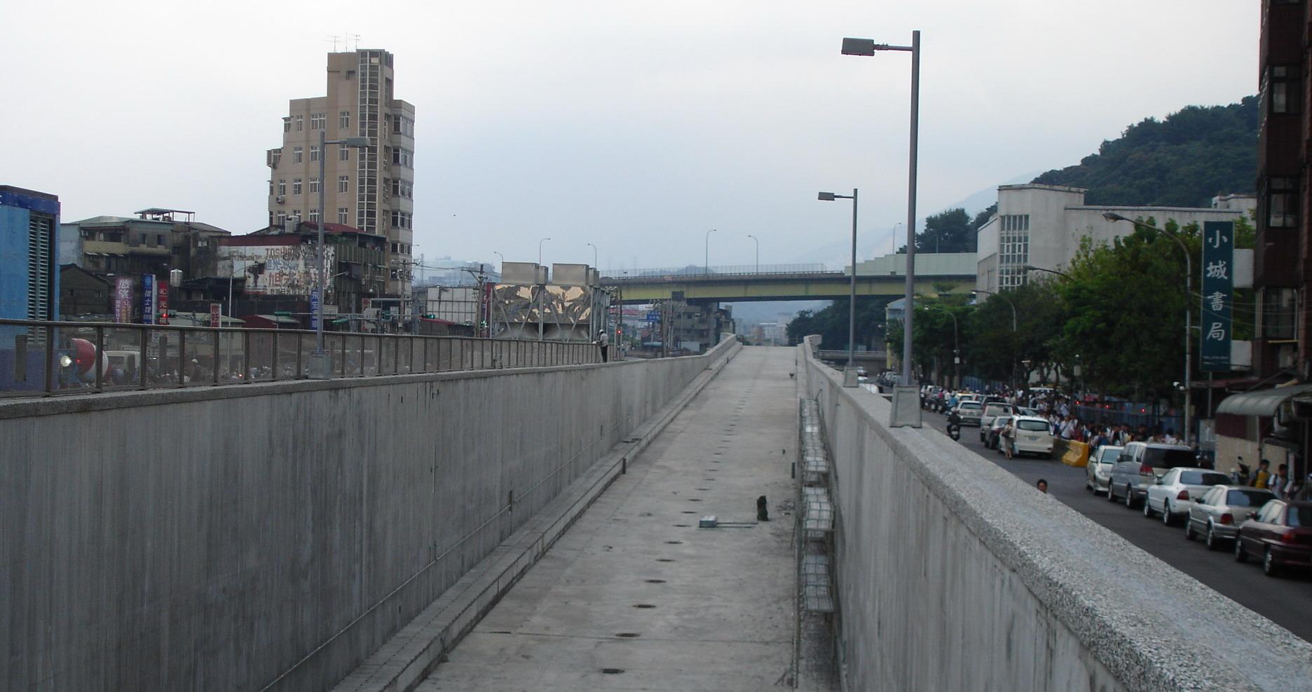 台灣高鐵民權街起飛甲板