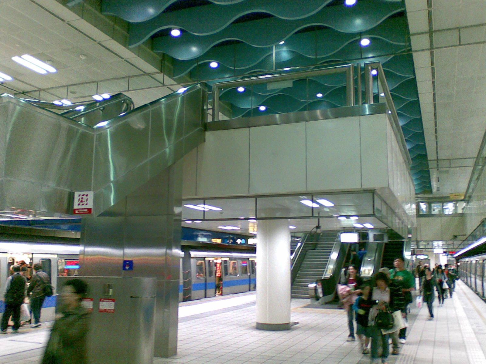 疑似新埔站轉乘電扶梯