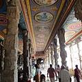 通往內殿的路,有著色彩豔麗的天花板,訴說著神話故事