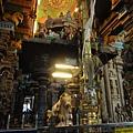 Lord Shiva神殿外的Nandi,向著殿內的Shiva朝拜