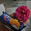 賣花大叔送我一朵花跟餅乾~