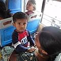 在公車上遇到愛笑的男孩,但是我拿出相機時他就不笑了...
