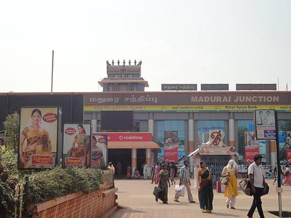 在Madurai junction可以坐公車去建在岩石中的廟Tiruparankundram Temple