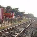 經過鐵道就是往Tiruparankundram Temple的路
