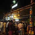 今天北塔門旁的小廟有慶典~ 印度人相信月圓之時神的神力更強大,加上又星期五,信眾把廟外街到擠得水洩不通!