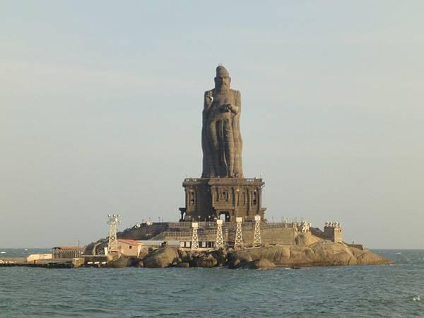 很不可思議的地方~ 十分巨大的岩石與雕像,下方白色柱狀物是高壓電塔...這樣就知道雕像有多高