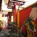 牆上圖繪就是印度古典舞之一:Kathakali 的衣著裝扮