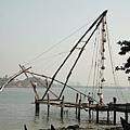 中國漁網,清晨時把漁網垂入海裡,魚會游入網中;黃昏時借由纜上的石頭重量把網拉起,收網拾魚~
