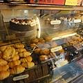 蛋糕櫃,這裡有很多洋人,所以商家就引進了洋人愛的東西,他們本地人不吃的