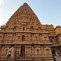 本殿最頂端的是一顆重達81噸的冠石,據殿外的立牌解說,當時為了把冠石搬到塔頂,搭建了6公尺長的坡道。