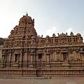側面的本殿與前廊