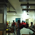 餐廳人員注重衛生,要戴手套跟浴帽狀的帽子才能服務客人