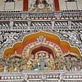 皇宮~ 充作美術館的廳堂內有色彩華麗的雕刻