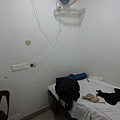 一路上遇到太多仁慈熱心長輩~ 介紹我住印度國鐵的招待所Retiring room ! 窮酸的我依舊節儉,選最便宜的通鋪Dorm (雖是通鋪實際上是單人房,衛浴共用,24hrs冷氣AC 加熱水HW) Rs.250 per day