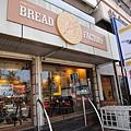 麵包店耶~ 不過再次印證不是該國自己原有的食物,少碰為妙....