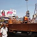 印度教的祭祀裡有一項重要的活動就是獻祭椰子,信眾把椰子在神像面前打破,供奉神明。廟裡有清潔工一袋一袋地把碎裂的椰子清走。
