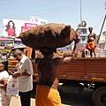 搬運椰子的老大哥。他的一生就是持續地為這間廟搬運碎裂的椰子並以此為生。
