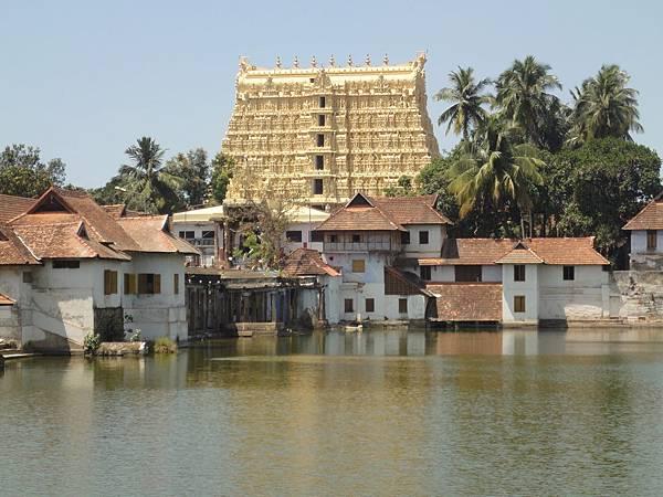 到了~~Padmanabhaswamy Temple 非印度教徒只能在廟的四周閒晃,廟的階梯也是不能上去的...