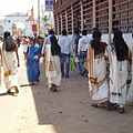 Kerala的女性去拜拜時都穿得很樸素~ 白+金是Kerala傳統禮拜神的顏色