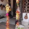 給廟裡大象們戴在前額與鼻子上的飾品, 當然~ 這種尺寸是玩具, 有興趣也可以買來給家裡的寵物戴....