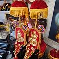 瞧~ 這裡有裝飾品教學指導~~ 把紅紅金金的布穿在象額及鼻上, 站象背的人拿著傘, 就是慶典裡象儀隊的形象~