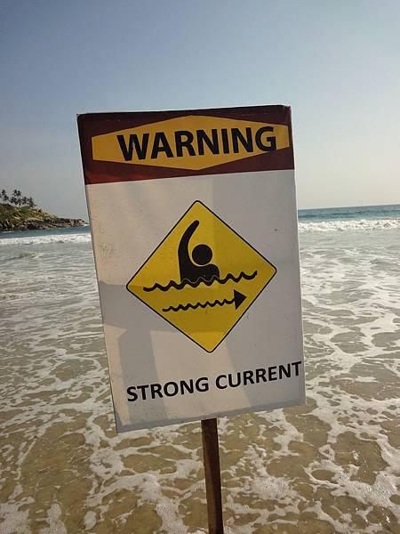 是阿~ strong current, 水都漫到牌子下了....而且這牌子是誰會看阿? 真是太不懂印度人的心理了...