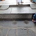 廟古老到門頂石都在地上磨出痕跡了