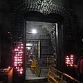 信眾進門時可以點ghee放在門上供養,人數多時,整個門都會有滿滿的火~