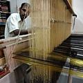 師傅織這件莎例大約要花三個月時間,如果要織色彩絢麗花樣繁複的金莎麗則要七個月~他已經織了快30年了