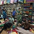 搶喔~ 超便宜...一件棉紗麗約Rs.400~1200; 絲綢莎麗Rs.700~3000都有,看挑的是什麼花樣