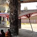 婆羅門會在傘下為大家祈福,信眾也可以坐在傘下念經