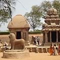 左邊是Draupadi Ratha德勞帕蒂戰車,右邊是Arjuna Ratha阿周那戰車,前面有獅雕像