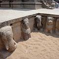 Draupati Ratha的基部雕飾因為幾千年來海風吹拂,已經磨損了...不過還是看的出來象、猴子的模樣